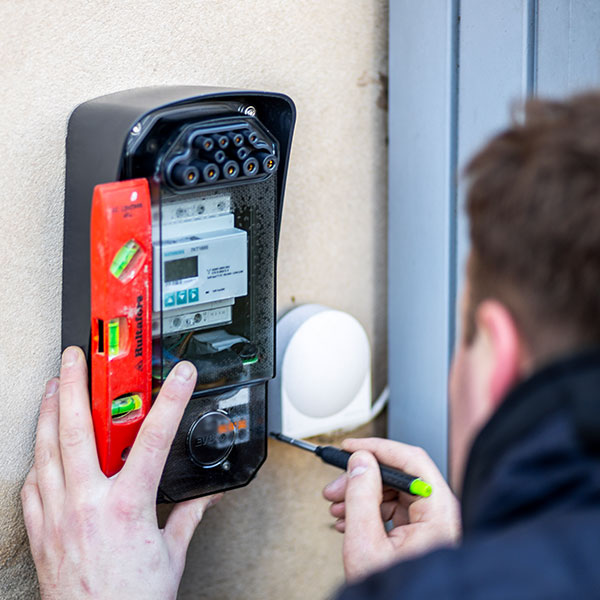 Elektriker udfører installation af ladestander